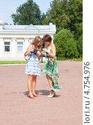 Купить «Две подруги сравнивают сделанные разными фотоаппаратами фотографии», фото № 4754976, снято 5 августа 2012 г. (c) Сергей Дубров / Фотобанк Лори