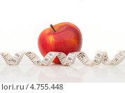 Купить «Красное яблоко и измерительная лента», фото № 4755448, снято 21 февраля 2013 г. (c) Владимир Семенчук / Фотобанк Лори