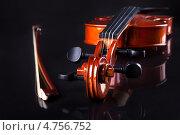Купить «Изящная старинная скрипка на черном фоне», фото № 4756752, снято 23 декабря 2012 г. (c) Андрей Попов / Фотобанк Лори