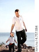 Купить «Отец с маленьким сыном на берегу моря», фото № 4757084, снято 30 июня 2009 г. (c) Иван Михайлов / Фотобанк Лори
