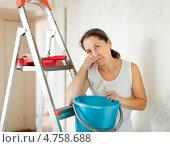 Купить «Пожилая женщина делает ремонт дома», фото № 4758688, снято 26 сентября 2012 г. (c) Яков Филимонов / Фотобанк Лори