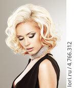 Красивая блондинка с фигурной прической  позирует  на светлом фоне. Стоковое фото, фотограф Валуа Виталий / Фотобанк Лори