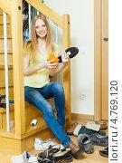 Купить «Красивая блондинка с длинными волосами чистит обувь», фото № 4769120, снято 29 мая 2013 г. (c) Яков Филимонов / Фотобанк Лори