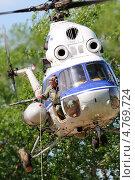 Купить «Первые московские вертолетные гонки, Клин. Вертолет Ми-2 на развозке грузов», эксклюзивное фото № 4769724, снято 25 мая 2013 г. (c) Alexei Tavix / Фотобанк Лори