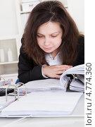 Купить «Бухгалтер внимательно изучает документацию», фото № 4774360, снято 1 января 2013 г. (c) Андрей Попов / Фотобанк Лори