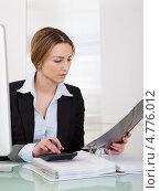 Купить «Симпатичная девушка - бухгалтер за рабочим столом», фото № 4776012, снято 27 февраля 2013 г. (c) Андрей Попов / Фотобанк Лори