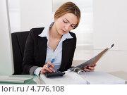 Купить «Симпатичная девушка-бухгалтер за рабочим столом», фото № 4776108, снято 27 февраля 2013 г. (c) Андрей Попов / Фотобанк Лори