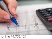 Купить «Рука заполняет таблицу», фото № 4776124, снято 27 февраля 2013 г. (c) Андрей Попов / Фотобанк Лори