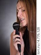 Купить «Красивая светловолосая женщина с микрофоном», фото № 4776128, снято 27 февраля 2013 г. (c) Андрей Попов / Фотобанк Лори