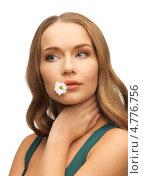 Купить «Девушка с цветком ромашки в губах», фото № 4776756, снято 8 декабря 2012 г. (c) Syda Productions / Фотобанк Лори
