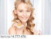 Купить «Счастливая блондинка пьет витамины», фото № 4777476, снято 3 апреля 2010 г. (c) Syda Productions / Фотобанк Лори