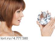 Купить «Красивая брюнетка с каре держит в руке большой бриллиант», фото № 4777580, снято 26 декабря 2009 г. (c) Syda Productions / Фотобанк Лори