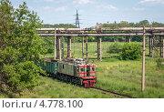 Купить «Старый электровоз едет по заводу», фото № 4778100, снято 18 июня 2013 г. (c) Сергей Крылов / Фотобанк Лори