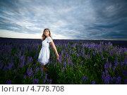 Купить «Привлекательная блондинка в белом платье среди лаванды», фото № 4778708, снято 13 июня 2011 г. (c) Станислав Фридкин / Фотобанк Лори
