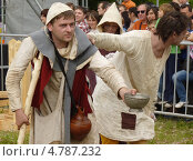 Купить «Мужчины изображают средневековых нищих», фото № 4787232, снято 23 июня 2013 г. (c) Данила Васильев / Фотобанк Лори