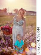 Беременная женщина с маленьким сыном гуляют по летнему лугу. Стоковое фото, фотограф Olena Vlasko / Фотобанк Лори