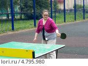 Купить «Женщина играет в настольный теннис на улице», фото № 4795980, снято 23 июня 2013 г. (c) Argument / Фотобанк Лори
