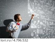 Купить «Студент с блокнотом пишет сложные формулы и рисует графики на доске», фото № 4796532, снято 1 марта 2013 г. (c) Sergey Nivens / Фотобанк Лори