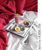 Купить «Романтический завтрак на подносе в постель», фото № 4806156, снято 21 октября 2018 г. (c) Food And Drink Photos / Фотобанк Лори