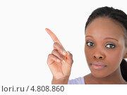 Купить «Крупный план, женщина показывает что-то, на белом фоне», фото № 4808860, снято 23 сентября 2011 г. (c) Wavebreak Media / Фотобанк Лори