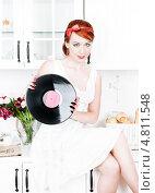 Купить «Красивая девушка в стиле ретро держит виниловую пластинку в руках», фото № 4811548, снято 8 июня 2013 г. (c) Darkbird77 / Фотобанк Лори