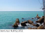 Купить «Бетонные куски разрушенной пристани на берегу Черного моря», фото № 4812372, снято 8 августа 2008 г. (c) Мария Московская / Фотобанк Лори
