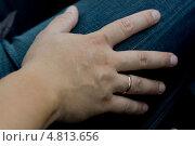 Обручальное кольцо на мужской руке. Стоковое фото, фотограф Ольга Шабалкина / Фотобанк Лори