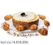 Торт с пирожными на блюде, изолированно на белом фоне. Стоковое фото, фотограф Alexandr Banshikov / Фотобанк Лори