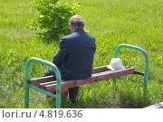 Одинокий старик, сидящий на лавочке. Стоковое фото, фотограф Евгений Мухортов / Фотобанк Лори