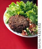 Купить «Говяжья котлета с зеленым салатом», фото № 4821632, снято 22 июля 2019 г. (c) Food And Drink Photos / Фотобанк Лори