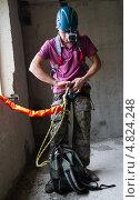 Проверка снаряжения для прыжка с веревкой перед выходом (2013 год). Редакционное фото, фотограф Сергей Васильев / Фотобанк Лори