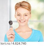 Купить «Красивая молодая женщина улыбается и держит ключ в руке», фото № 4824740, снято 12 декабря 2009 г. (c) Syda Productions / Фотобанк Лори