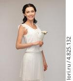 Красивая молодая женщина в светлом летнем платье с ароматными цветами. Стоковое фото, фотограф Syda Productions / Фотобанк Лори