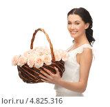 Купить «Счастливая девушка с корзиной, полной цветов», фото № 4825316, снято 2 марта 2013 г. (c) Syda Productions / Фотобанк Лори