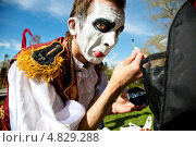 """Купить «Клоун уличного театра """"Высокие Братья"""" готовится к выступлению на открытом фестивале уличных театров """"Открытое небо"""" в парке Музеон, Москва», фото № 4829288, снято 1 мая 2013 г. (c) Николай Винокуров / Фотобанк Лори"""