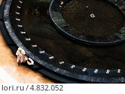 Купить «Мужчина покупатель в шляпе отдыхает у фонтана в Афимолл-Сити», фото № 4832052, снято 28 июня 2013 г. (c) Эдуард Паравян / Фотобанк Лори