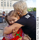 Купить «Нежности. Счастливая маленькая дочка обнимается с мамой.», фото № 4832464, снято 23 июня 2013 г. (c) Элина Гаревская / Фотобанк Лори