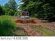 Купить «Автомобиль багги преодолевает лужу на просёлочной дороге», фото № 4838500, снято 6 июля 2013 г. (c) Эдуард Кислинский / Фотобанк Лори