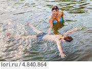 Мама учит сына плавать в озере. Стоковое фото, фотограф Антон Куделин / Фотобанк Лори