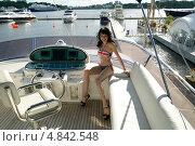 Симпатичная девушка на яхте. Стоковое фото, фотограф Марат Лялин / Фотобанк Лори