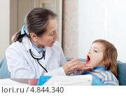 Купить «Педиатр осматривает горло девочки», фото № 4844340, снято 16 декабря 2012 г. (c) Яков Филимонов / Фотобанк Лори