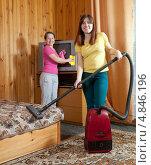 Купить «Женщины протирают пыль и пылесосят в доме», фото № 4846196, снято 29 марта 2012 г. (c) Яков Филимонов / Фотобанк Лори