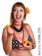 Купить «Смеющаяся девушка в купальнике с абрикосами», фото № 4846376, снято 30 июля 2011 г. (c) Виктория Кириллова / Фотобанк Лори
