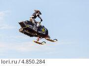 Снегоход летит (2013 год). Редакционное фото, фотограф Виталий Носков / Фотобанк Лори