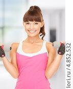 Купить «Спортивная девушка с челкой с гантелями», фото № 4852532, снято 27 июня 2010 г. (c) Syda Productions / Фотобанк Лори