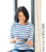 Купить «Молодая брюнетка с длинным каре с тонким планшетным компьютером», фото № 4852588, снято 7 апреля 2012 г. (c) Syda Productions / Фотобанк Лори