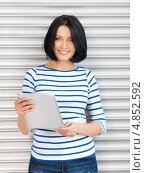 Купить «Молодая брюнетка с длинным каре с тонким планшетным компьютером», фото № 4852592, снято 7 апреля 2012 г. (c) Syda Productions / Фотобанк Лори