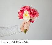 Влюбленный молодой человек с букетом цветов. Стоковое фото, фотограф Syda Productions / Фотобанк Лори