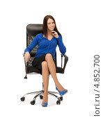 Купить «Красивая девушка в синих туфлях на высоком каблуке сидит в кожаном кресле», фото № 4852700, снято 2 апреля 2011 г. (c) Syda Productions / Фотобанк Лори