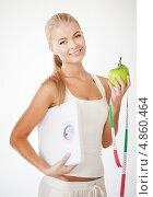 Купить «Стройная девушка с сантиметром и зеленым яблоком», фото № 4860464, снято 23 марта 2013 г. (c) Syda Productions / Фотобанк Лори
